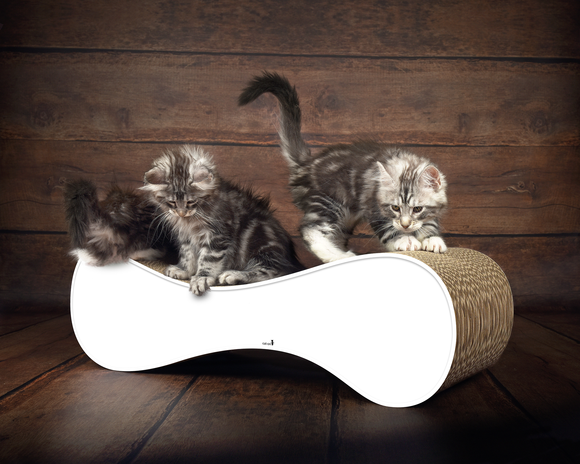 White scratching wave for cats Le Ver - sustainable, sturdy & ergonomic
